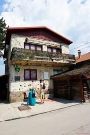 Cosa vedere a Sarajevo: Museo del Tunnel dell'assedio di Sarajevo.