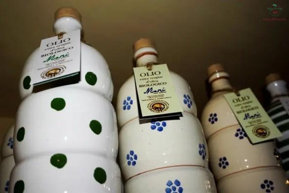Bottiglie in ceramica d'olio extra - vergine d'oliva dell'agriturismo biorussi di carpino.