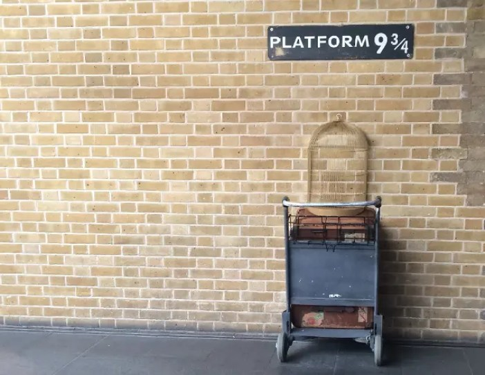 Il binario 9 e 3/4 a Kings' Cross presente in Harry Potter, uno dei libri ambientati in Inghilterra da leggere.
