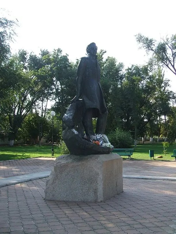 Statua di Lermontov a Taman. Пётр Иванов [Public domain]