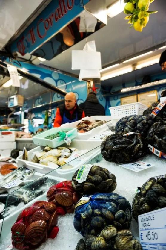 Il banco della Pescheria Il Corallo al Mercato di Piazza Madama Cristina a San Salvario.