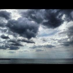 Levanto mi ha accolta così, con il sole che fa a cazzotti con le nuvole nere e minacciose. Timidi raggi che filtrano e la consapevolezza che sì, il sole arriverà. Dentro e fuori di me.