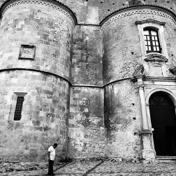 Quando penso alla Calabria penso alla lentezza. Al tempo che scorre piano piano, lontano dai ritmi della città. A Gerace, davanti all'imponente Cattedrale, credo di aver immortalato un frammento di questa lentezza.