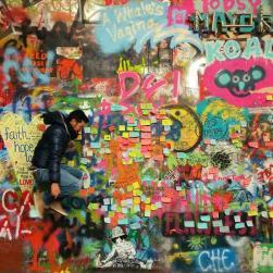 """Il Lennon Wall di Praga. Io mica sapevo della sua esistenza, mi ha salvata un'amica speciale che mi ha detto """"devi andarci"""". Così ci sono andata e l'ho amato e in tutto quel colore... si saltava letteralmente di gioia."""