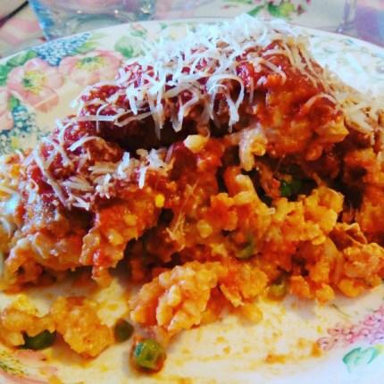 """Il sartú di riso con ragù napoletano è un piatto della tradizione ricco di ingredienti che rendono questo """"primo"""" un pasto completo. Ecco come gustarlo"""