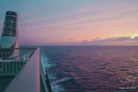 In nave tra cina e giappone al tramonto
