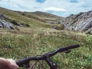 Pedalando sul sentiero tra le colline verso Santiago