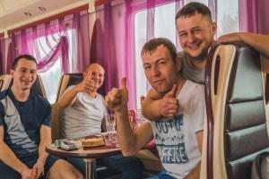 russi transiberiana bevono vodka