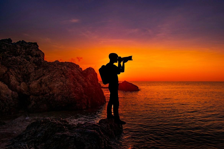 silhouette di un fotografo davanti al mare