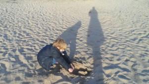 El niño decía que su sombra parecía un orangután. Playa de Gavá.