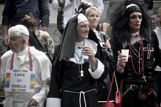 Gay parade_ La göttlich cúpula vaticanaweb