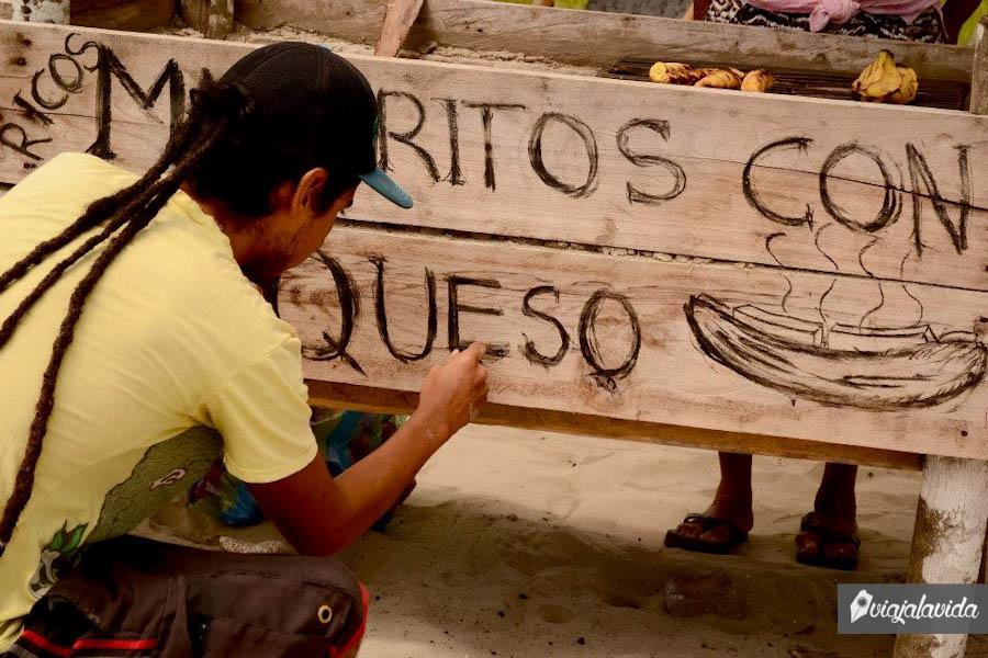 Juan Pablo diseñando el letrero.