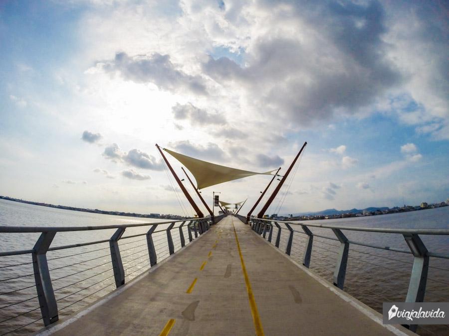 Cruzando el puente.