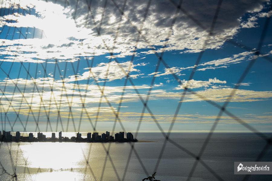 Ni las mallas ocultan el increíble cielo sobre Bahía.