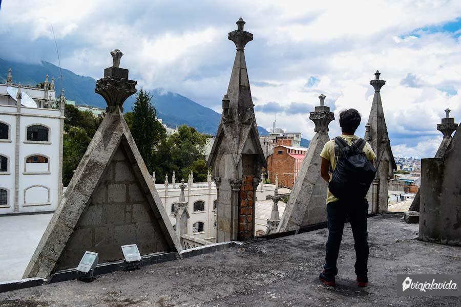 Parado encima del techo de una iglesia