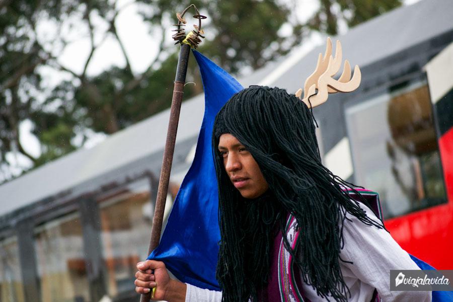 Bailando tradicionalmente con una bandera y llevando cuernos