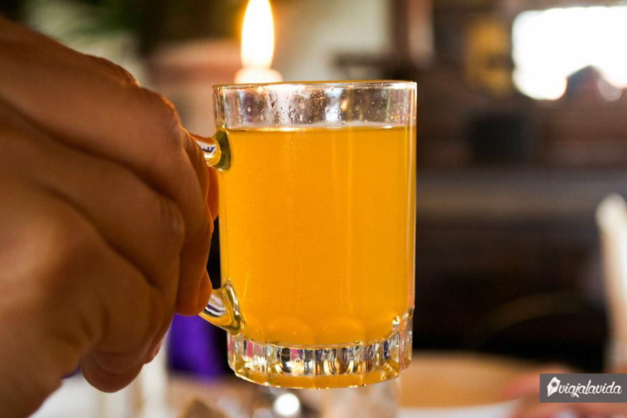 Bebida alcohólica en vaso pequeño, conocida como agua ardiente