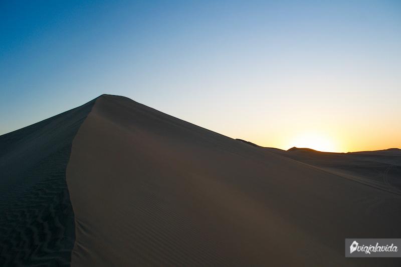 Grandes dunas en el desierto de Huacachina.