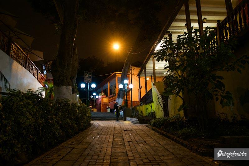 Caminar por las hermosas calles de Barranco durante la noche.