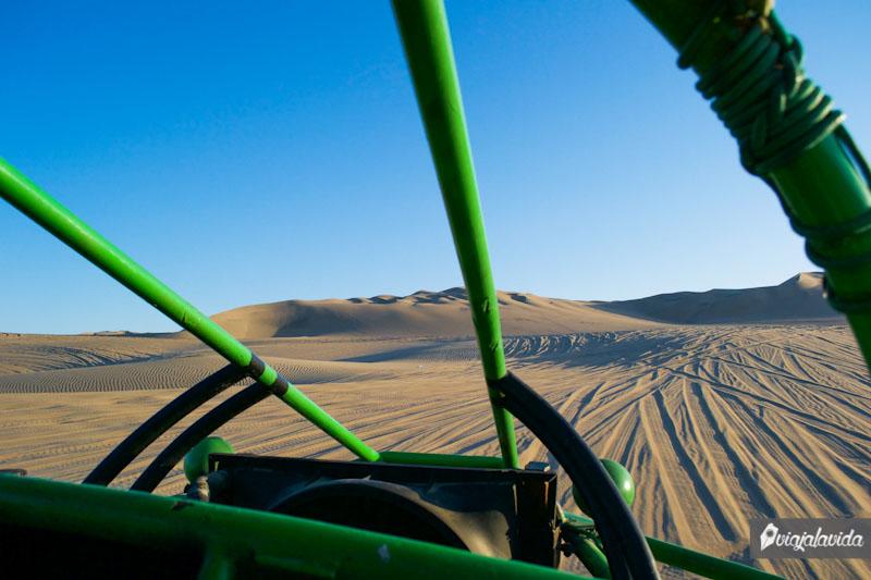 Recorriendo el desierto de Huacachina en boogie.