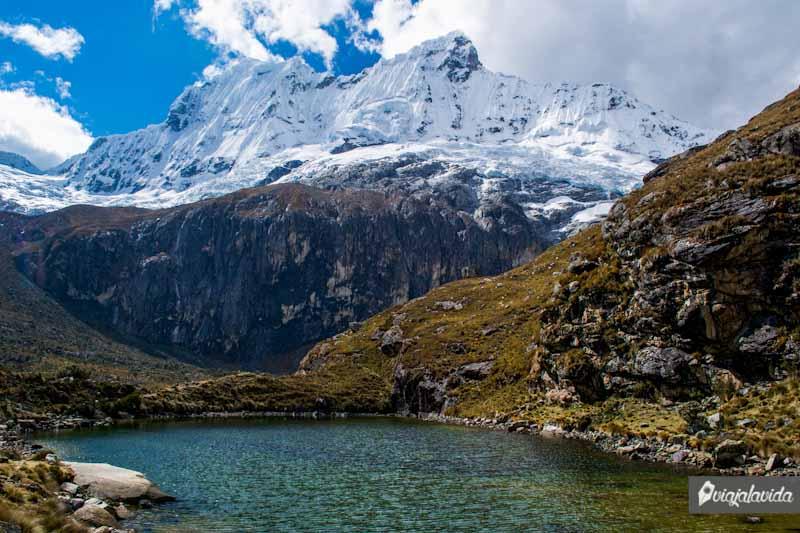 Laguna 68, en medio de montañas.