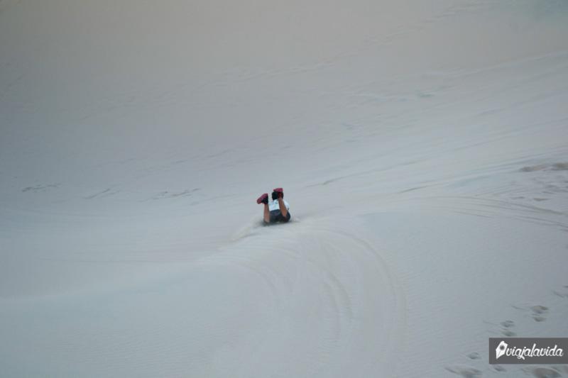 Deslizándose en sandboard por el desierto de Huacachina.