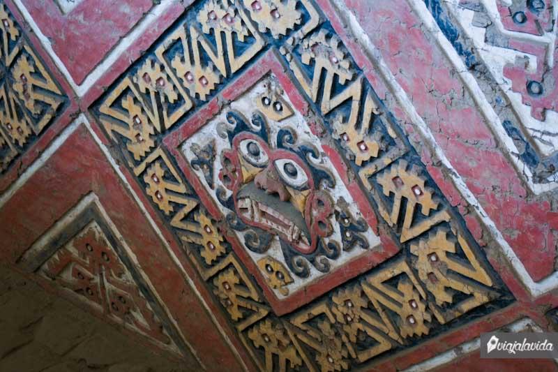 Rostro pintado en uno de los murales de la Huaca de la Luna.