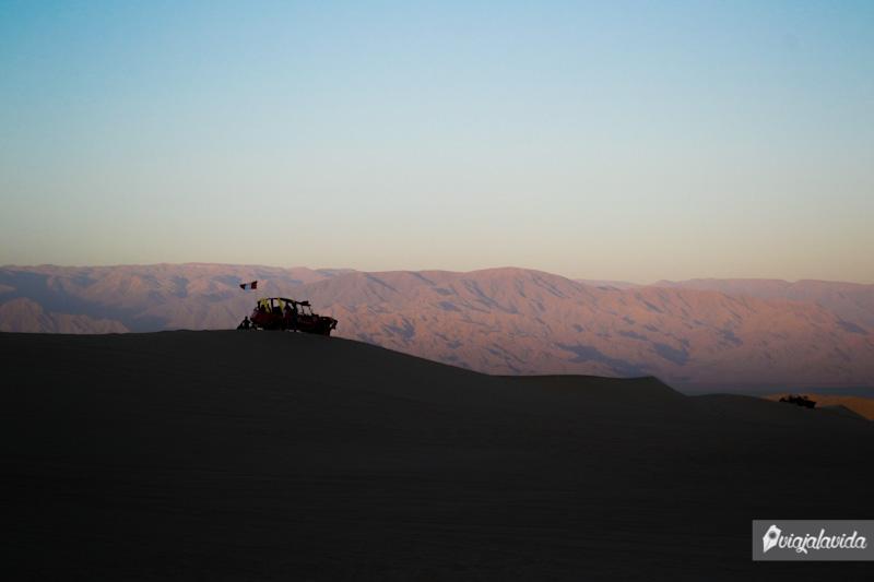 Recorriendo en boogie sobre el desierto.