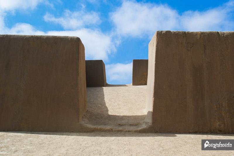 Huaca Arcoíris y su loma para subir al segundo nivel.