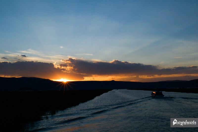 contemplando la caída del sol desde el Titicaca.