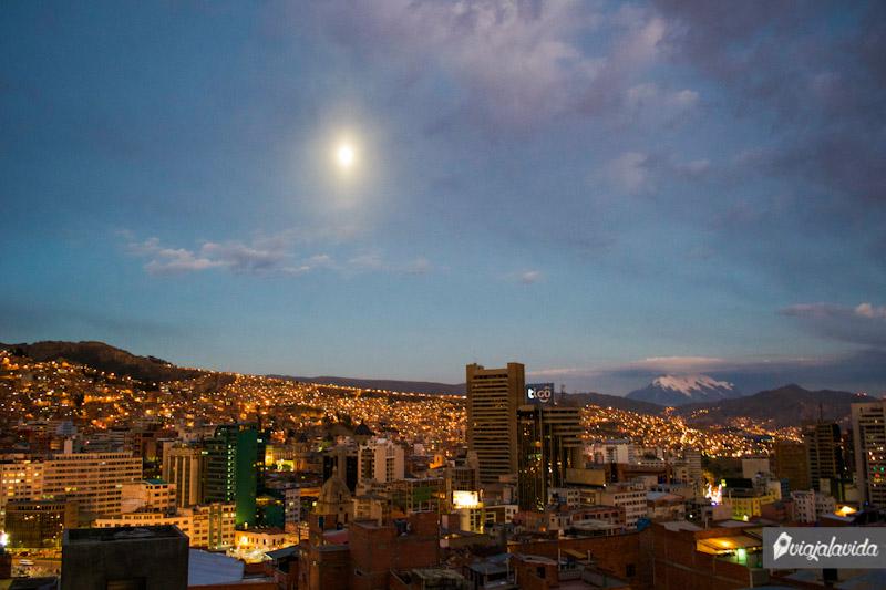 La Paz iluminada al anochecer.