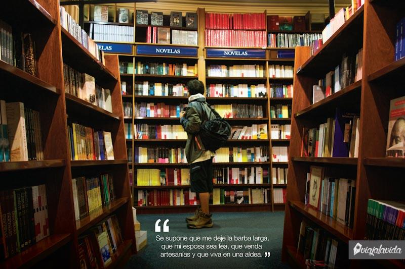 En medio de la librería.