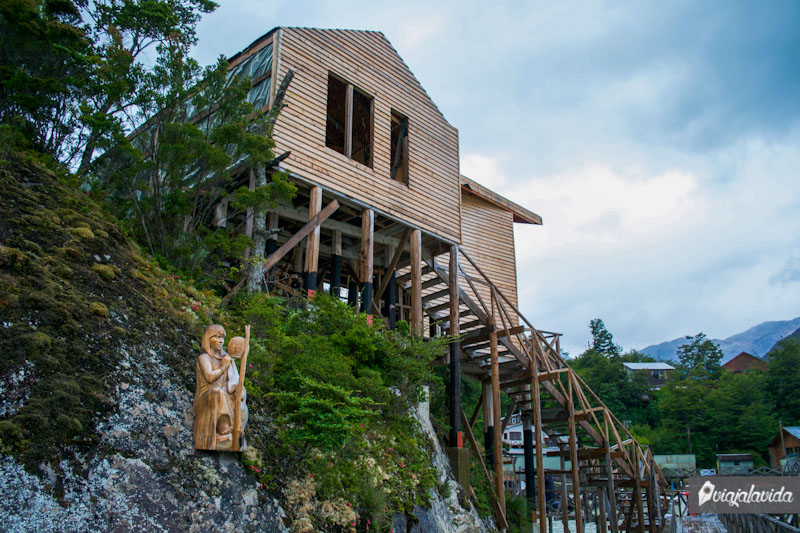 Esculturas de madera en Caleta Tortel.