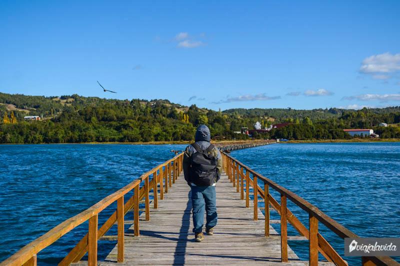 Sobre un puente de madera.