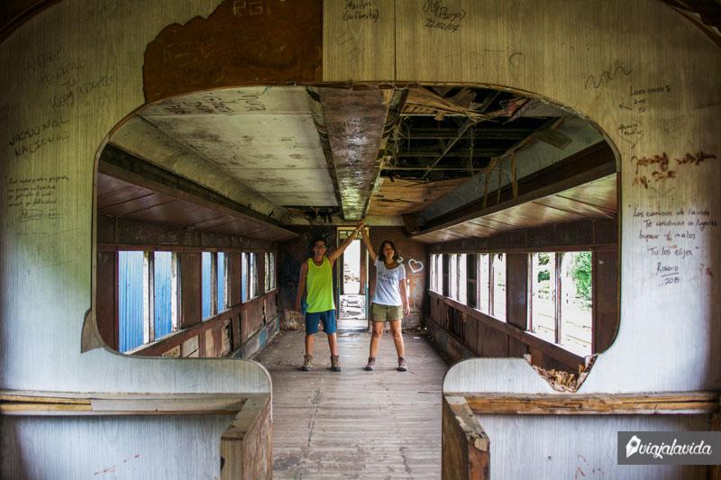 Dentro de un vagón abandonado.