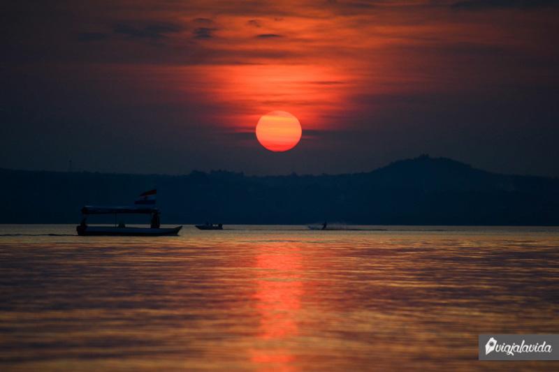 Caída del sol sobre el Lago Ypacaraí.