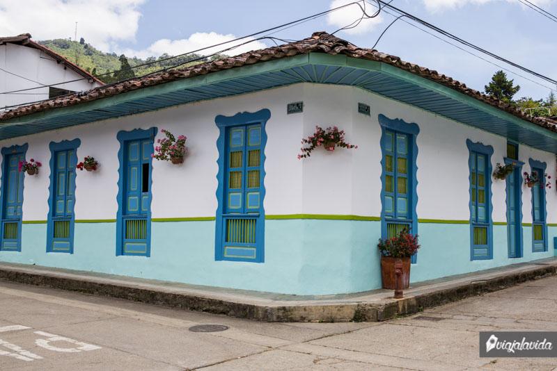 Casa colorida en Pijao, Eje Cafetero.