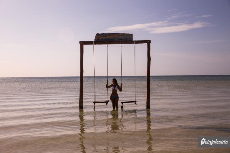 Columpio en la playa de Holbox.