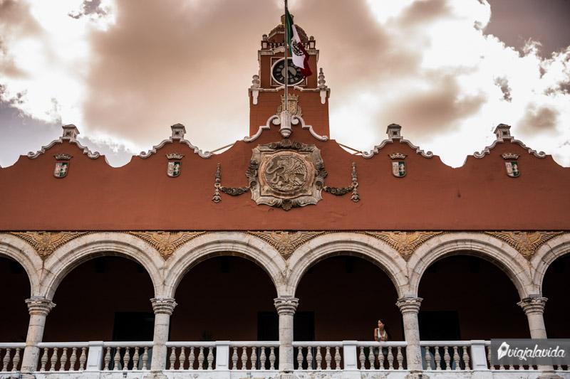 Asomada en un balcón en el centro de Mérida.