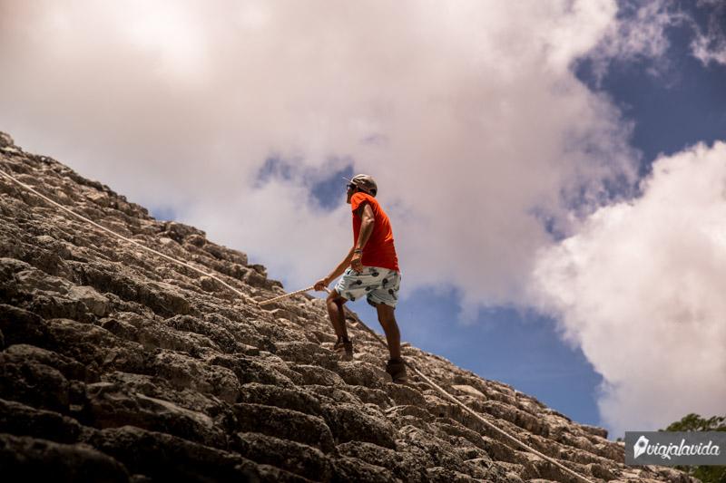 Escalando la pirámide más grande de la península de Yucatán.