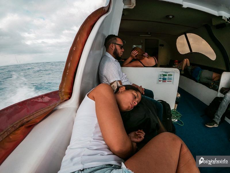 Navegando en lancha por Galápagos