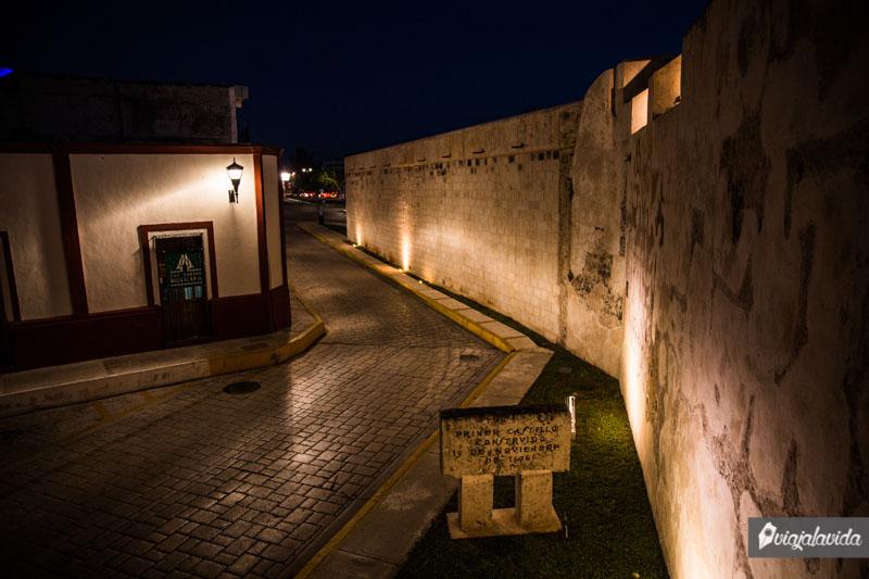 Baluarte de San Carlos durante la noche.