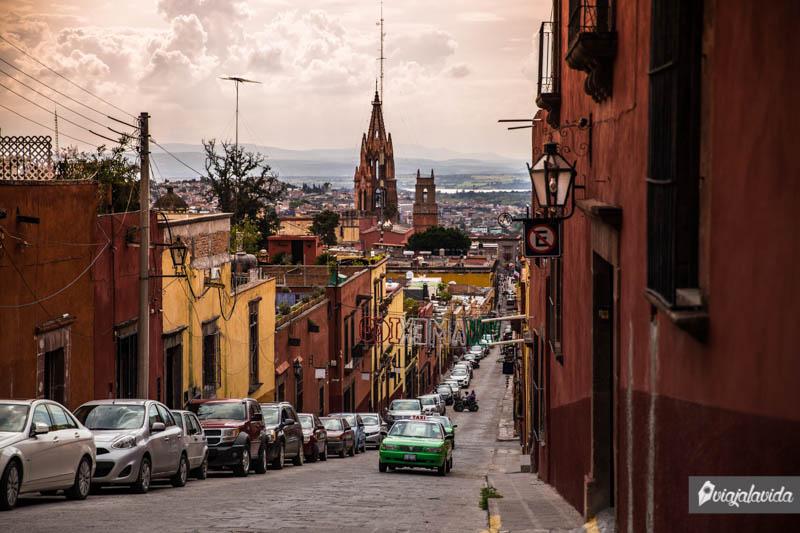 Autos sobre la loma en San Miguel de Allende