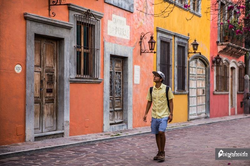 Caminando por casitas coloridas y pintorescas