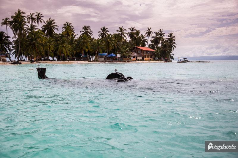 Isla Perro Chico con su barco hundido.