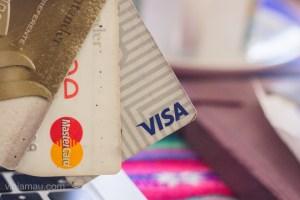 Tarjetas de crédito y débito desgastadas.