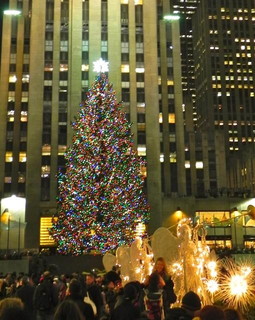 A árvore fica no centro entre os prédios do Rockefeller.