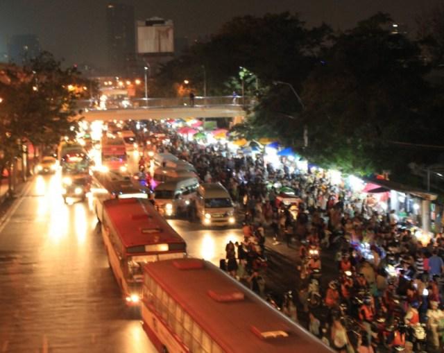 Essa é uma das entradas do mercado. A foto foi tirada de uma das passarelas da estação MoChi, do Skytrem.