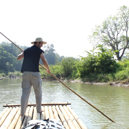 Passeio de balsa (furada) de bamboo na Tailândia