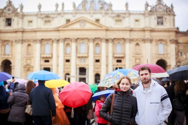 Após a chuva, esperando o Papa Francisco. Foto: Emanuelle Rigoni